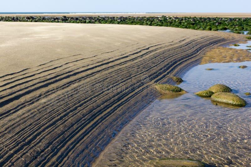 Rimpelingen in het Zand - Patroon op Northam-Strand door de Eb, met Kiezelstenen en de Atlantische Oceaan wordt gemaakt die royalty-vrije stock foto's