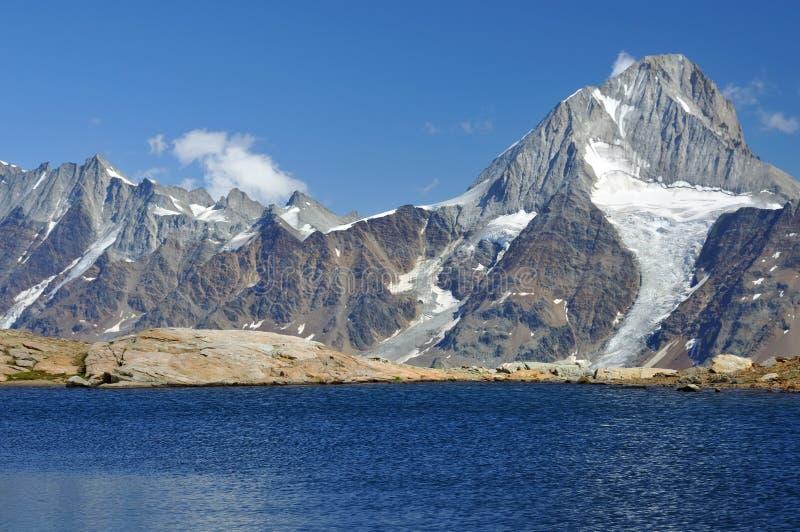 Rimpelingen op een bergmeer royalty-vrije stock afbeeldingen