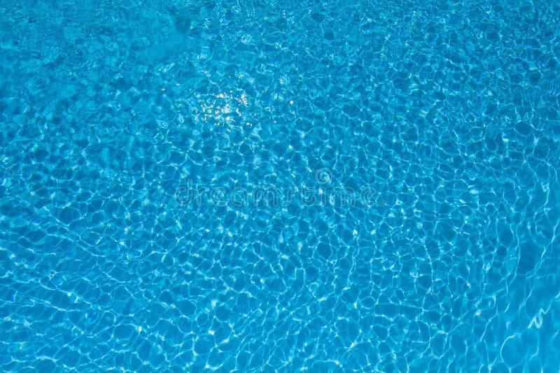 Rimpelingswaterspiegel met zonbezinning in het zwemmen p royalty-vrije stock afbeelding