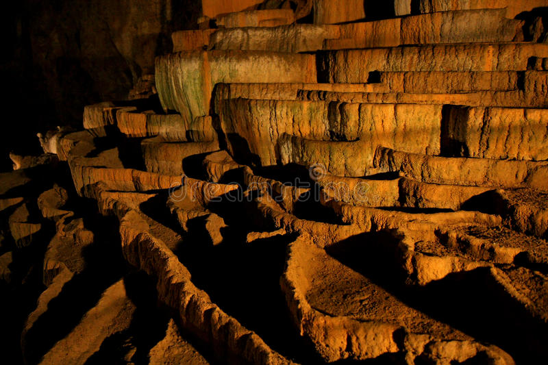 Rimstone (gours) in Hol Slocjan stock foto