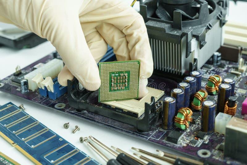 Rimuova il CPU dal circuito principale al controllo fotografie stock libere da diritti