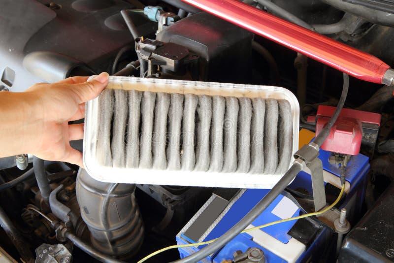 Rimuova il filtro dell'aria dell'automobile immagine stock