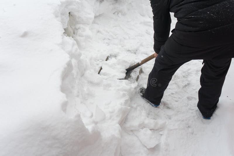 Rimuova la neve con una pala Posto per il vostro testo immagine stock libera da diritti