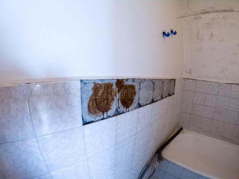 Rimuova le vecchie mattonelle in vecchio bagno immagini stock libere da diritti