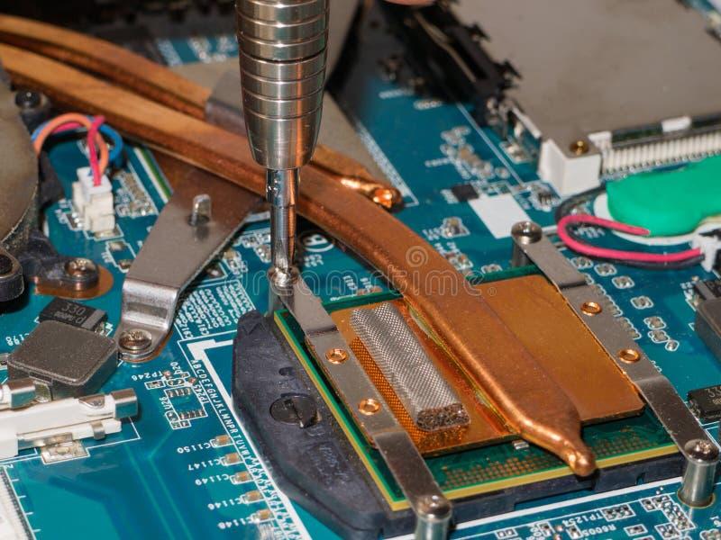 Rimuovendo il sistema di raffreddamento dall'unità di elaborazione fotografia stock