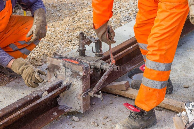 Rimuovendo le muffe ed il materiale della muffa dalla ferrovia immagini stock