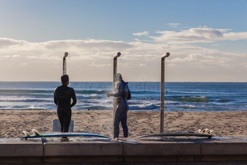 Rinçage de lavage de surfers de douches d'eau de mer photos stock