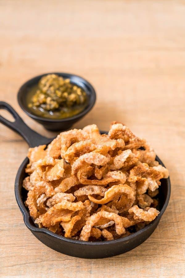 Rince de porc ou casse-croûte frit de porc avec les piments verts thaïlandais du nord D images libres de droits