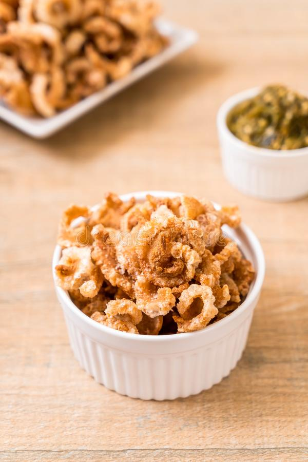 Rince de porc ou casse-croûte frit de porc avec les piments verts thaïlandais du nord D image stock