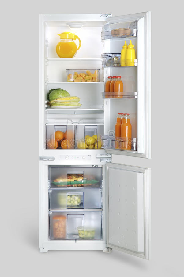 Rinchiuda il frigorifero con alimento, le bevande, le frutta e le verdure immagine stock