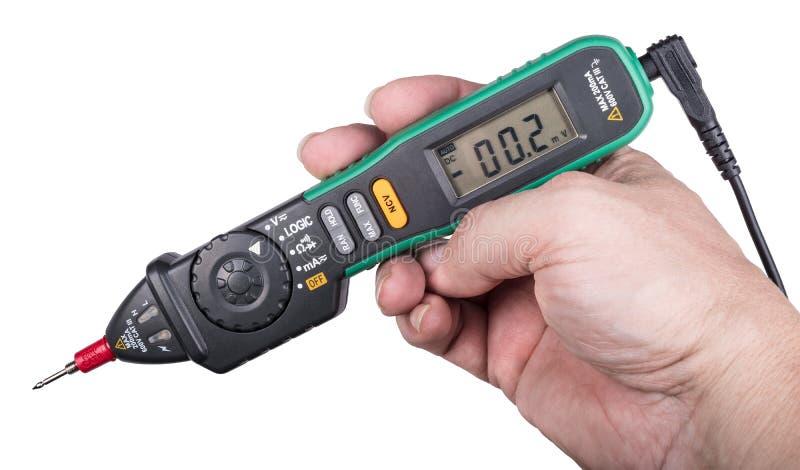 Rinchiuda il tipo multimetro digitale con l'indicazione senza contatto di tensione immagini stock libere da diritti