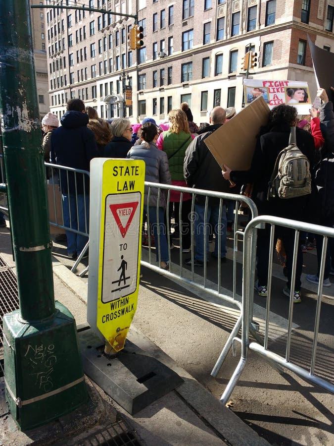 Rinda a los peatones, lleve, muchedumbre que marcha, Central Park al oeste, el ` s marzo, NYC, NY, los E.E.U.U. de las mujeres fotografía de archivo libre de regalías