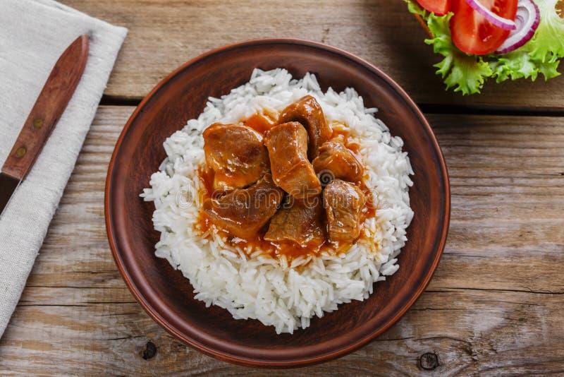 Rindereintopf mit weißem Reis lizenzfreie stockfotos
