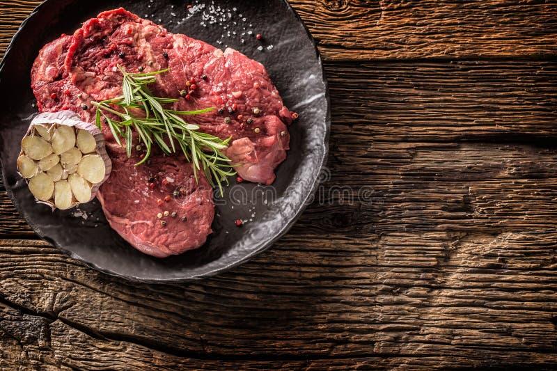 Rindfleisch meeat Rippe-Augensteakespritrosmarinsalz und -pfeffer auf Schwarzblech stockfotografie