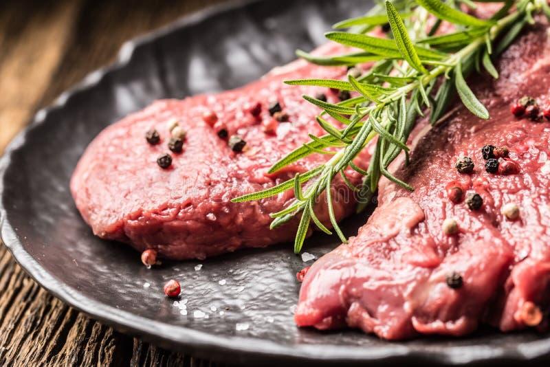 Rindfleisch meeat Rippe-Augensteakespritrosmarinsalz und -pfeffer auf Schwarzblech lizenzfreies stockfoto