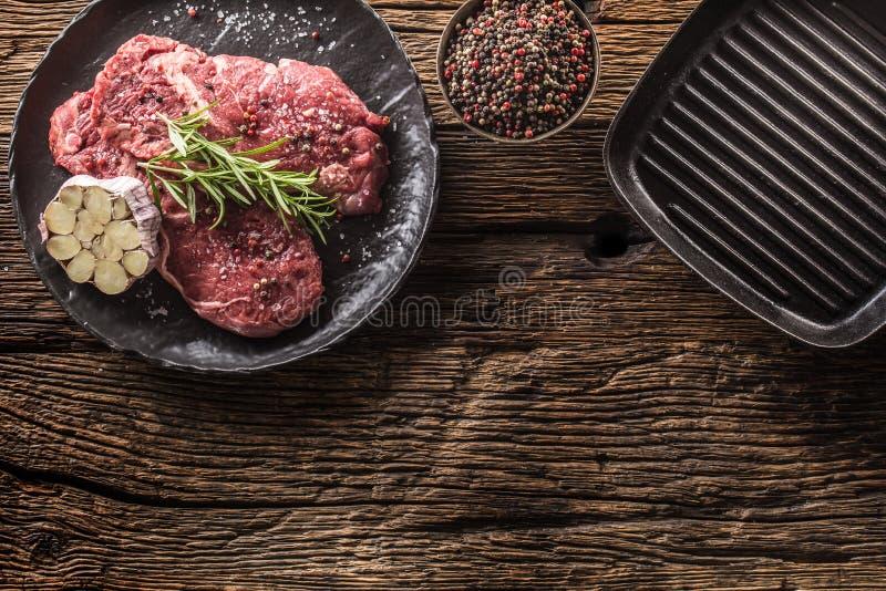 Rindfleisch meeat Rippe-Augensteakespritrosmarinsalz und -pfeffer auf Schwarzblech stockfoto