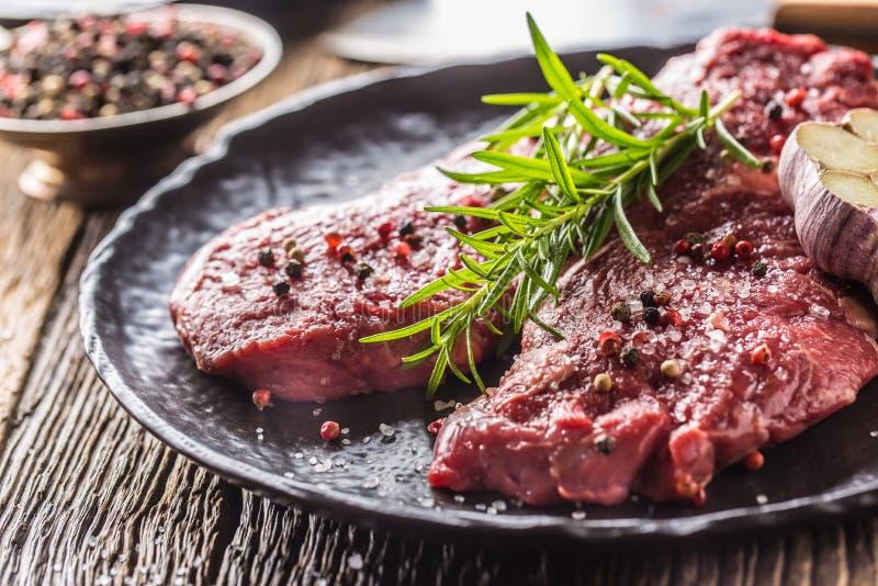 Rindfleisch meeat Rippe-Augensteakespritrosmarinsalz und -pfeffer auf Schwarzblech lizenzfreie stockfotografie