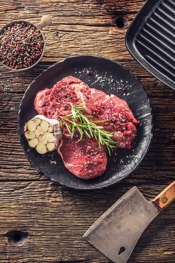 Rindfleisch meeat Rippe-Augensteakespritrosmarinsalz und -pfeffer auf Schwarzblech stockbild