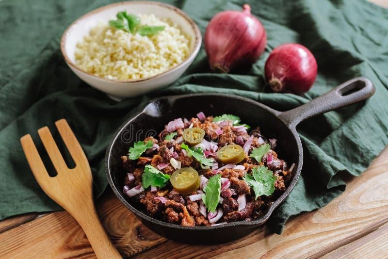 Rindfleisch mit Kornbulgurpepperonis und roter Zwiebel stockfoto