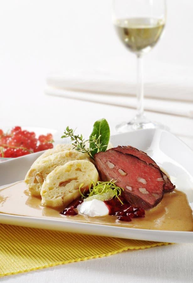 Rindfleisch mit Sahnesoße- und Brotmehlklößen lizenzfreies stockfoto