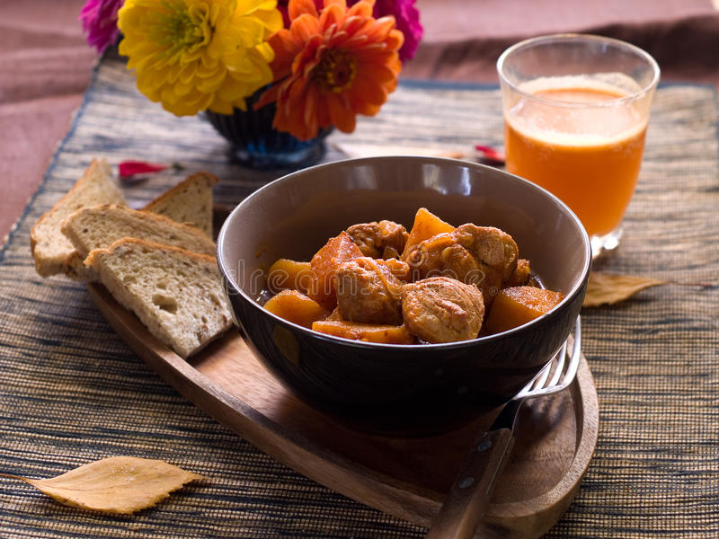 Rindfleisch- oder Schweinefleischeintopfgericht lizenzfreie stockfotos