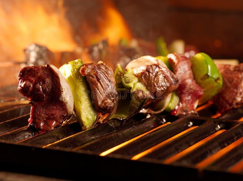 Rindfleisch shish Kabobs auf dem Grill stockfotografie