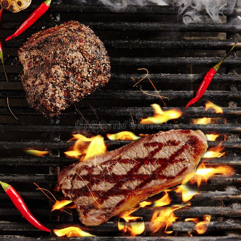 Rindfleisch-Steak auf Grill-Flammen grillen lizenzfreies stockfoto