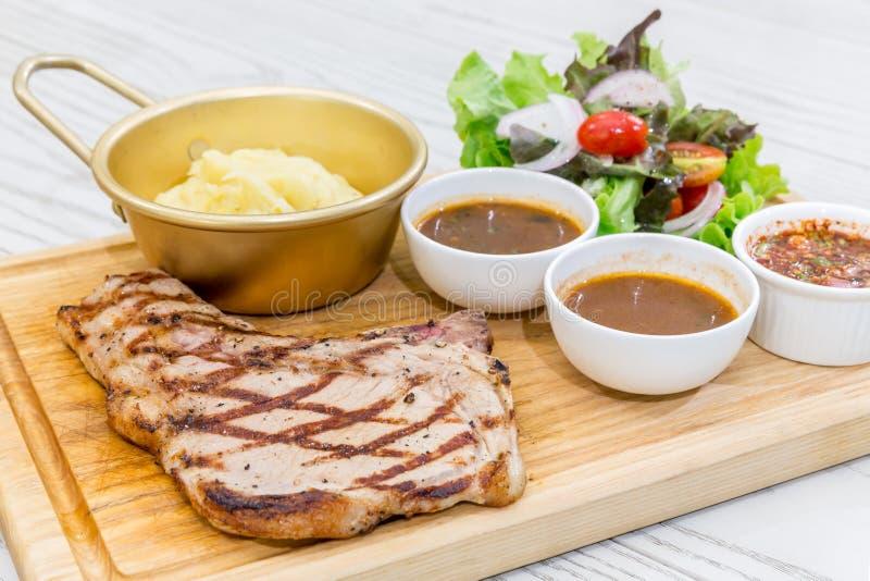 Rindfleisch-Steak des förmigen Knochens lizenzfreie stockfotografie