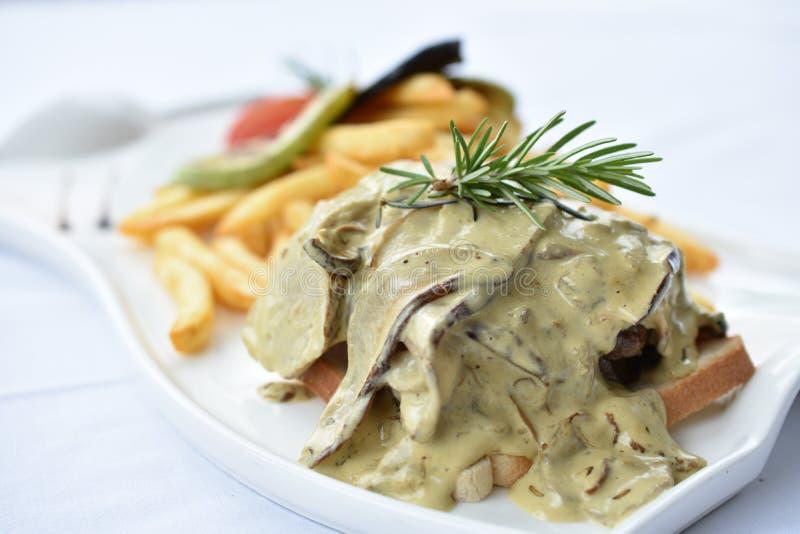 Rindfleisch-Steaks mit Pilz-Soße lizenzfreies stockfoto