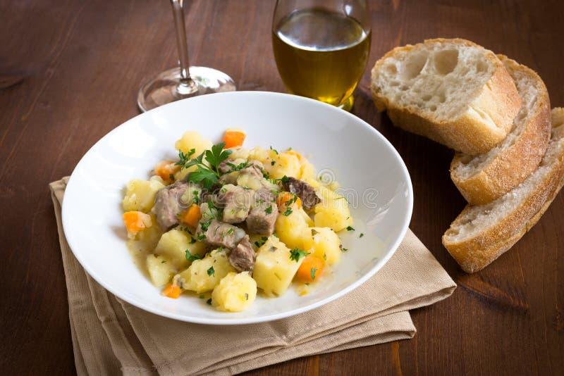 Rindfleisch- und Gemüseeintopfgericht lizenzfreies stockfoto