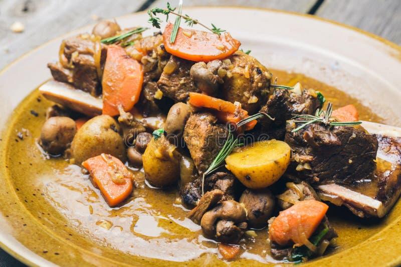 Rindfleisch- und Gemüseeintopfgericht mit Kartoffeln lizenzfreie stockbilder