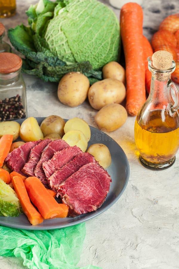 Rindfleisch und Kohl mit Kartoffeln und Karotten lizenzfreies stockfoto