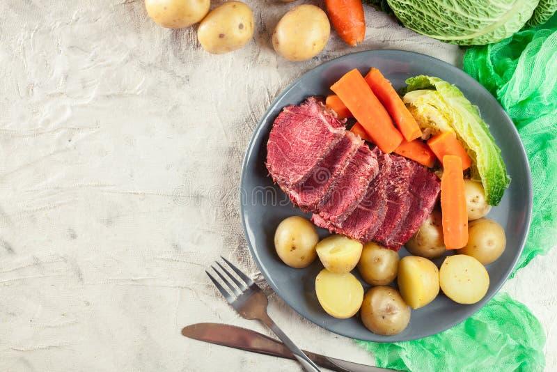 Rindfleisch und Kohl mit Kartoffeln und Karotten stockfotos