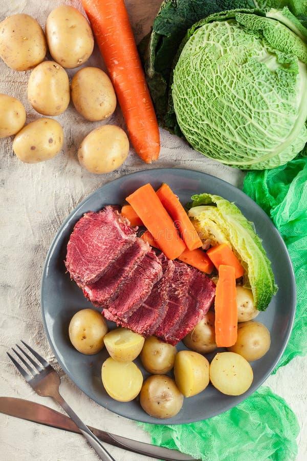 Rindfleisch und Kohl mit Kartoffeln und Karotten lizenzfreies stockbild
