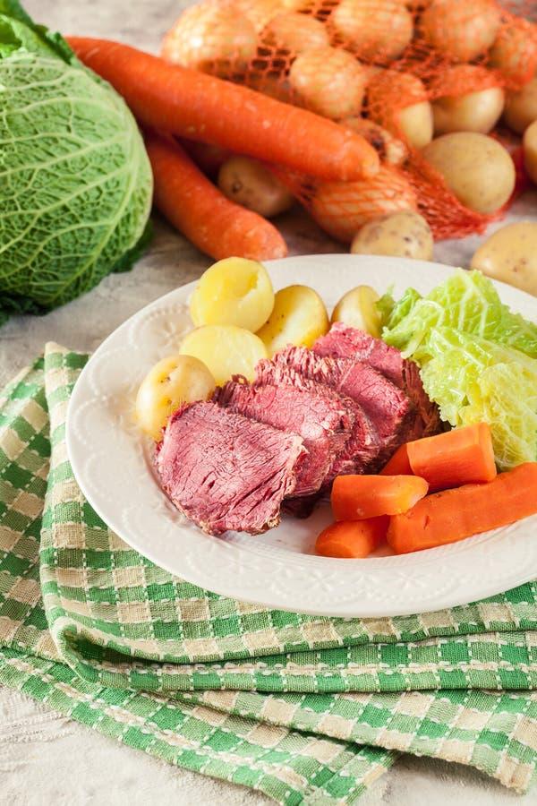 Rindfleisch und Kohl mit Kartoffeln und Karotten stockbild