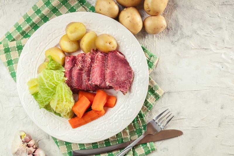 Rindfleisch und Kohl mit Kartoffeln und Karotten stockfoto