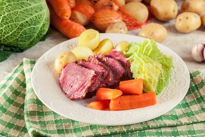 Rindfleisch und Kohl mit Kartoffeln und Karotten stockbilder
