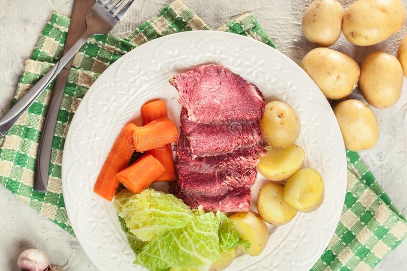 Rindfleisch und Kohl mit Kartoffeln und Karotten lizenzfreie stockfotos