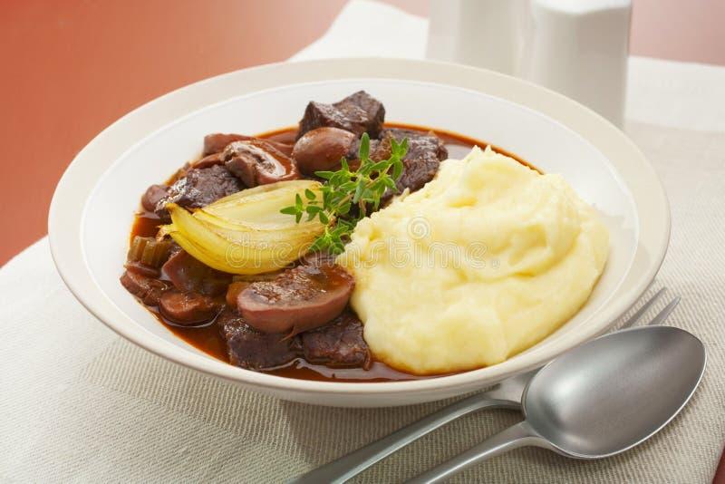 Rindfleisch-und Pilz-Eintopfgericht lizenzfreie stockfotografie