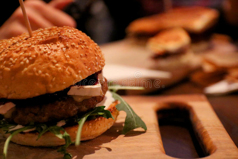 Rindfleischburger lizenzfreie stockfotos