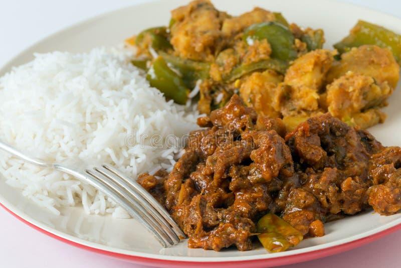 Rindfleischcurry mit Reis und Kartoffel lizenzfreie stockfotografie