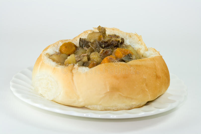 Rindfleischeintopfgericht in einer Brotschüssel. stockbilder