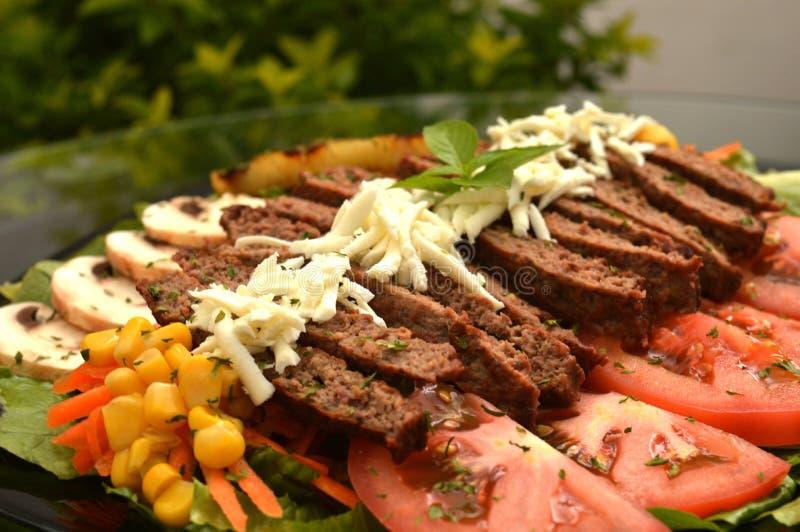 Rindfleischfleisch gedient auf eine Salatbettwäsche stockbild