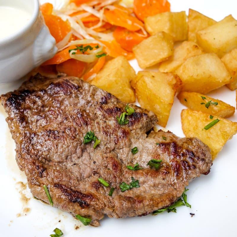 Rindfleischfleisch mit Tomate und Pommes-Frites stockbild