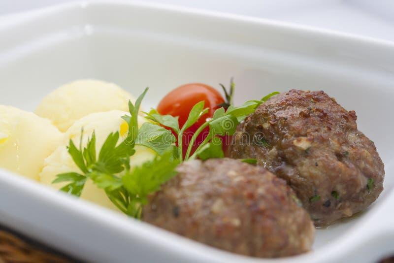 Rindfleischfleischbälle mit Kartoffelpürees lizenzfreies stockfoto