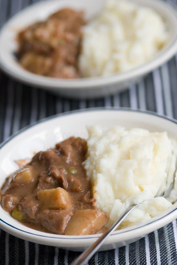 Rindfleischkasserolle mit Brei stockbild