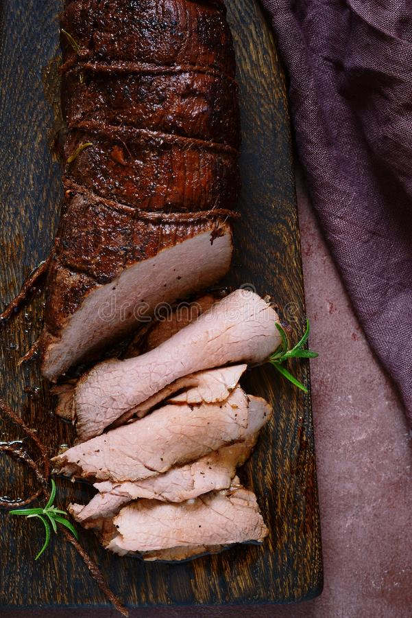 Rindfleischleiste mariniert in den Gewürzen, Kräuter Fleisch für das Grillen BBQ Rindsfilet stockbild