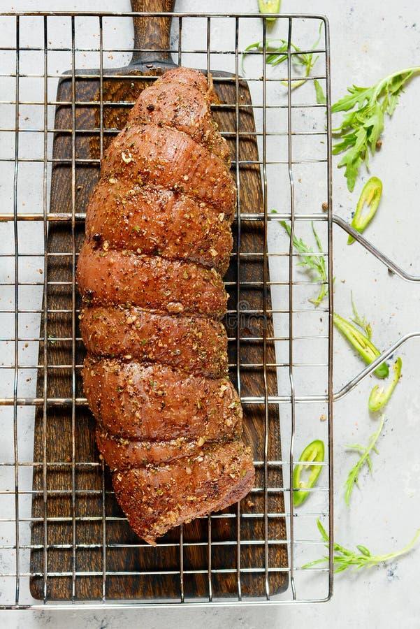 Rindfleischleiste mariniert in den Gewürzen, Kräuter Rohes Fleisch für das Grillen BBQ Rindsfilet stockfotos
