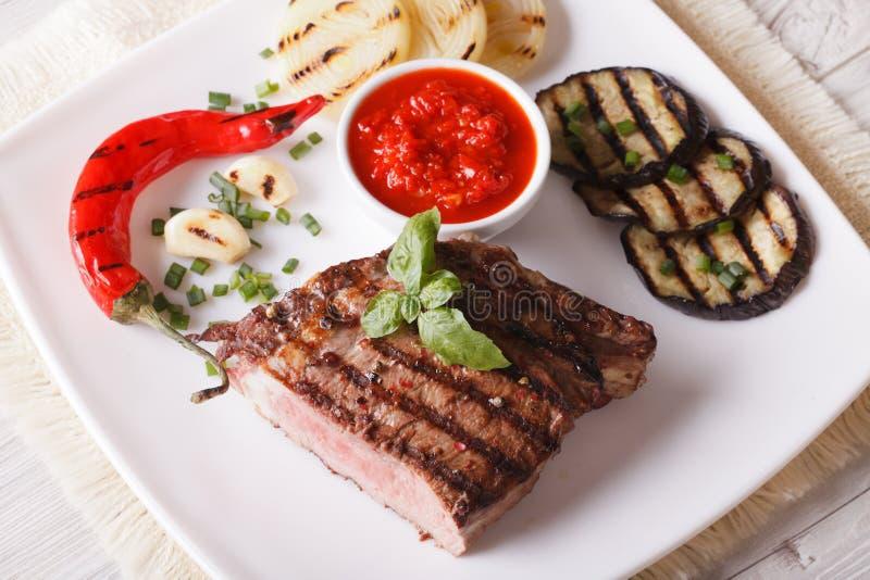 Rindfleischsteak, gegrilltes Gemüse und horizontale Draufsicht der Soße stockfotos