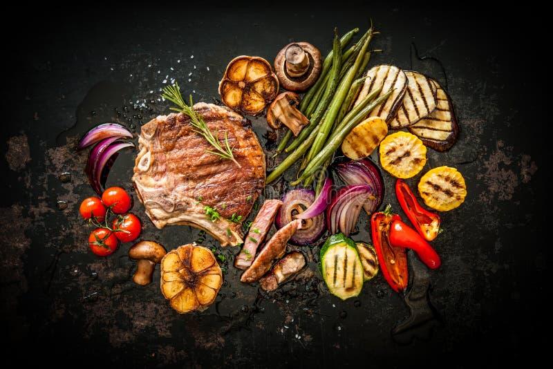 Rindfleischsteak mit gegrilltem Gemüse stockbilder